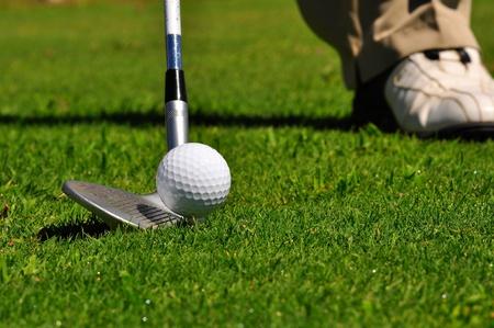 lanzamiento de bala: Golfista listo para golpear la pelota real. Foto de archivo
