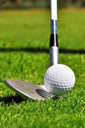 실제 골프 코스에 파업 준비가 골프 공 및 드라이버,,.