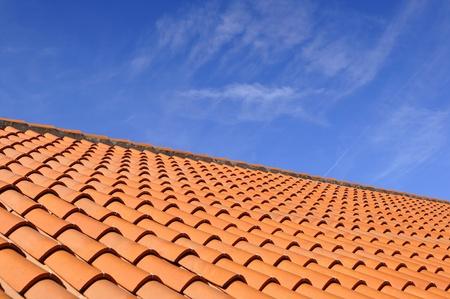 세라믹 소재와 위의 하늘에서, 오렌지 지붕 타일