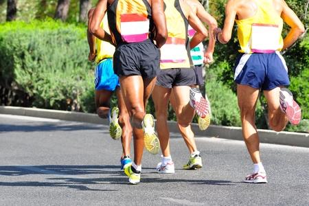 pista de atletismo: Grupo de corredores de maratón que se ejecuta