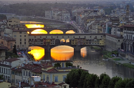 ponte: Ponte Vecchio in Florence, Italy at sunset
