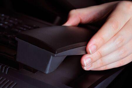 repondre au telephone: Cueillette � la main un t�l�phone pour y r�pondre