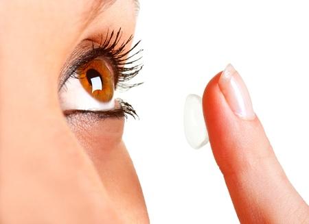Primer plano de una mujer de la inserción de una lente de contacto en el ojo