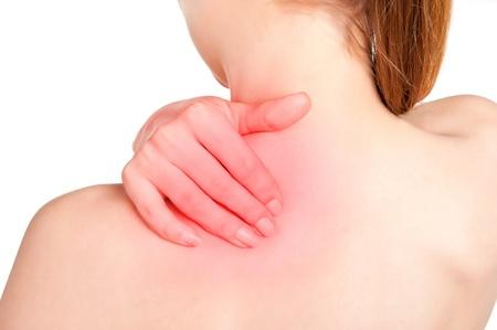 epaule douleur: Jeune femme avec douleur dans le dos de son cou. Rouge autour de la zone de douleur.