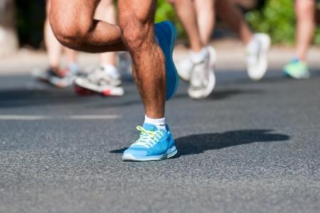 maraton: Grupo de corredores de marat�n que se ejecuta en una calle Foto de archivo
