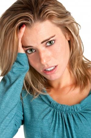 woman issues: Mujer que sufre de un dolor de cabeza, sosteniendo sus manos en la cabeza