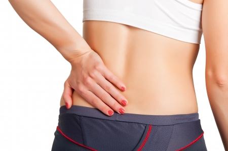 dolor muscular: Mujer joven con dolor en la espalda baja