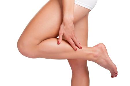 Femme avec douleur dans sa jambe, isolé en blanc