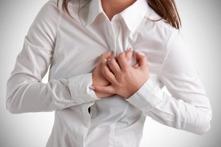 Vrouw met een pijn in de hartstreek