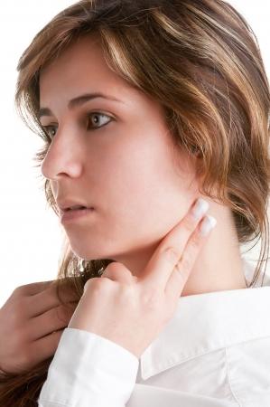 Femme contrôlant son rythme cardiaque du coeur tenant ses doigts à son cou, isolé en blanc