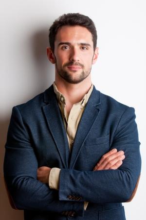 Portret van jonge man met gekruiste armen