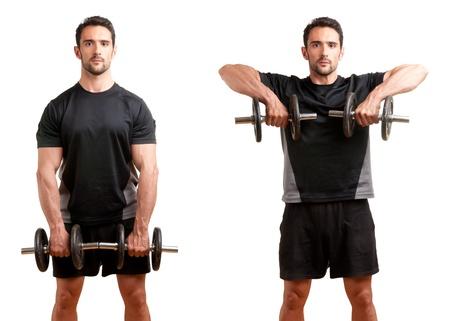 Personal Trainer faisant haltère ligne droite pour la formation de ses deltoïdes, isolé en blanc