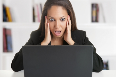 Businesswoman in panic looking at a computer screen 免版税图像