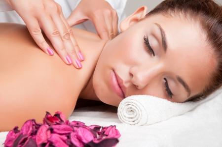 massaggio: Giovane donna sdraiata in una spa pronto per ottenere un massaggio Archivio Fotografico