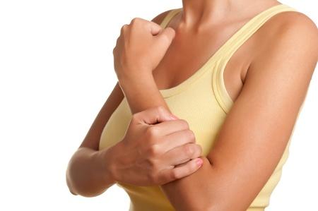 Vrouw met pijn in haar onderarm, geïsoleerd in een witte achtergrond