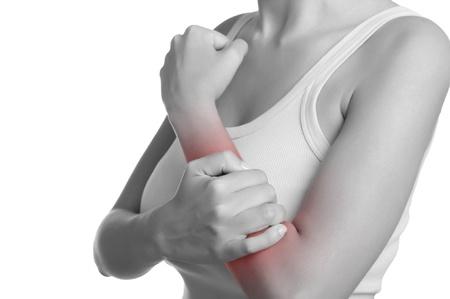Femme avec douleur dans son avant-bras. Noir et blanc avec une tache rouge autour de la zone douloureuse. Isolé.