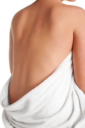 detras de: Womans espalda envuelto en una toalla, aislados en blanco Foto de archivo