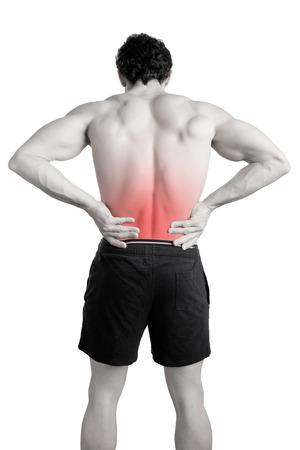 Mannelijke atleet met pijn in zijn onderrug, geïsoleerd in het wit. Rode vlek rond de pijnlijke plek.