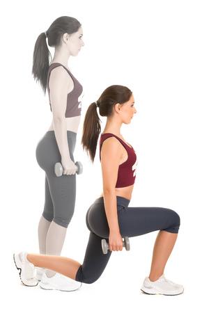 lunges: Mujer que hace estocadas aislados en un fondo blanco