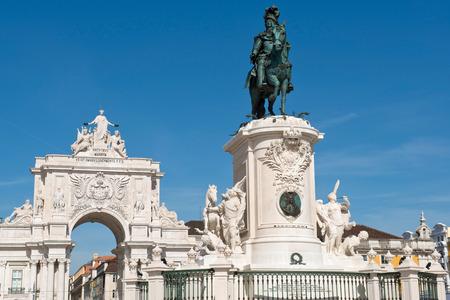 augusta: La estatua ecuestre del rey Jos� I y el Arco de Triunfo de la calle Augusta en Lisboa, Portugal Foto de archivo