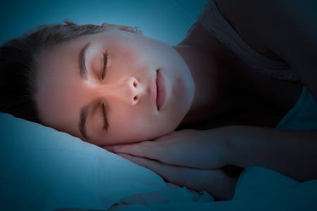 deitado: Mulher que dorme no escuro Imagens