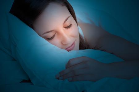 Vrouw slapen in een bed in het donker