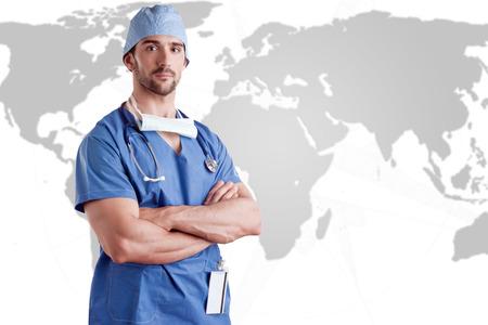 cirujano: Cirujano de sexo masculino joven con matorrales y un estetoscopio