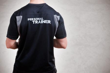 Retour d'un Personal Trainer isolé en gris