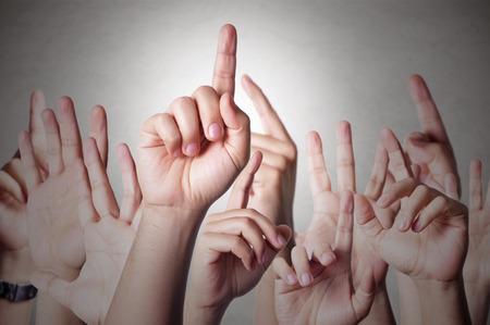 Un groupe de gens à main levée pour répondre à une question Banque d'images