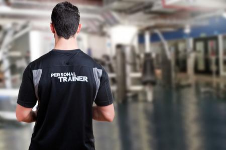 gimnasio: Detrás de un entrenador personal en un gimnasio