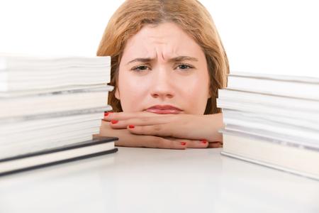 Junge Frau, müde von hart für ihre Prüfungen studieren