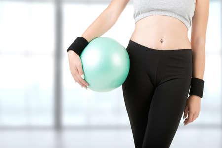 Fitness girl holding a gym ball 免版税图像