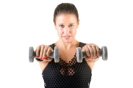 Mujer que se resuelve con pesas en un gimnasio, aislado en un fondo blanco
