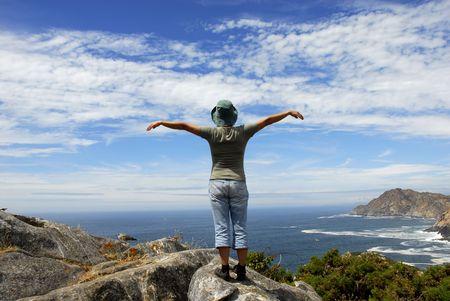 arms wide: donna con larmi spalancata al litorale