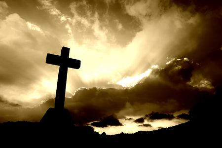 cruz religiosa: Cruz cristiana y la silueta de las nubes en tono sepia  Foto de archivo