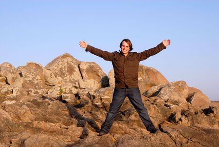 arms wide: giovane uomo a braccia spalancate luce al tramonto