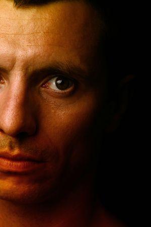 man close up: giovane uomo ritratto da vicino, a sfondo nero