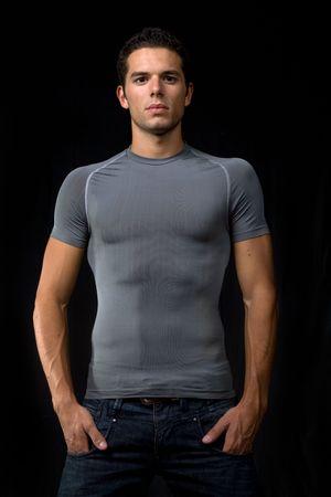 nackte brust: Portr�t junger Mann auf einem schwarzen Hintergrund