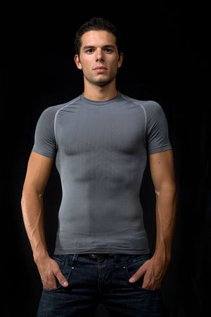 muscle shirt: Retrato de hombre joven, sobre un fondo negro