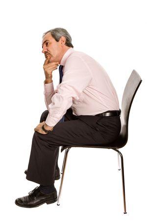 hombre sentado: preocupado maduro hombre de negocios en una silla, aisladas en blanco