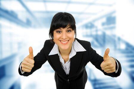 amabilidad: Retrato de mujer de negocios joven va pulgares arriba, aislado sobre fondo blanco