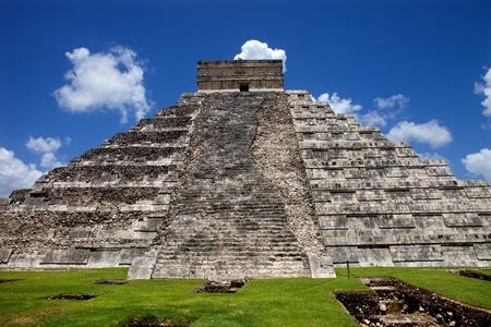 Antigua pirámide maya, templo de Kukulcán en Chichén Itzá, Yucatán, México Foto de archivo