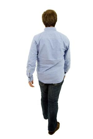 personas caminando: joven casual de cuerpo completo en un fondo blanco