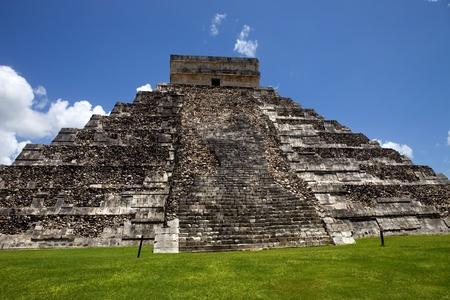 Ancient Mayan pyramid, Kukulcan Temple at Chichen Itza, Yucatan, Mexico Stock Photo - 9192443