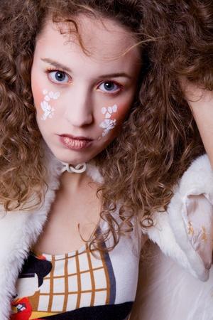 cara pintada: joven hermosa cerrar retrato con rostro pintado