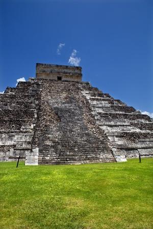 Ancient Mayan pyramid, Kukulcan Temple at Chichen Itza, Yucatan, Mexico Stock Photo - 9530480