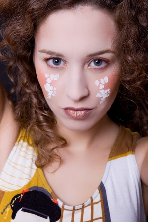 cara pintada: joven y bella mujer cerca retrato con la cara pintada