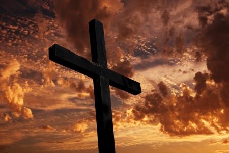 cristianismo: cruzar la silueta con la puesta de sol como tel�n de fondo Foto de archivo