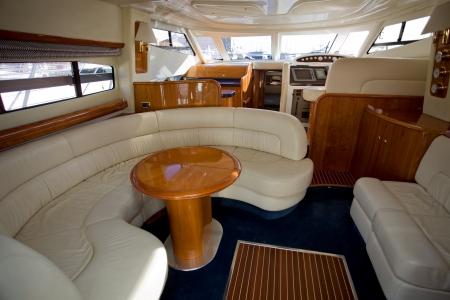 yachts: all'interno di una barca di lusso, interni cabina bella Editoriali