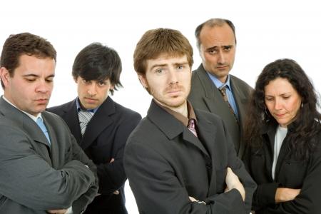 personas tristes: equipo de negocios, aislado en blanco, se centran en el hombre en el frente
